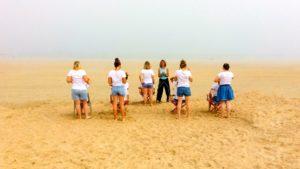 Atelier d'automassage assi sur la plage par Légèreté d'Être