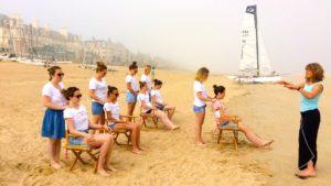 Atelier massage assi pour un EDVJF devant les Thermes Marins à Saint-Malo
