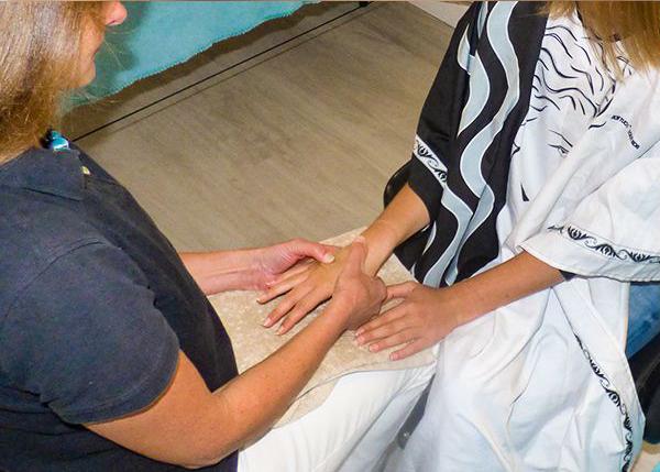 Massage bien-être relaxant des mains par Légèreté d'Être